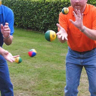 teambuilding spel group juggle