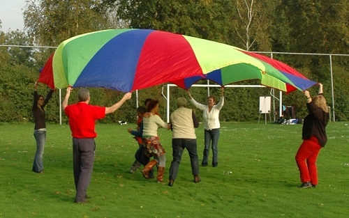 teambuilding activiteit met parachute variant